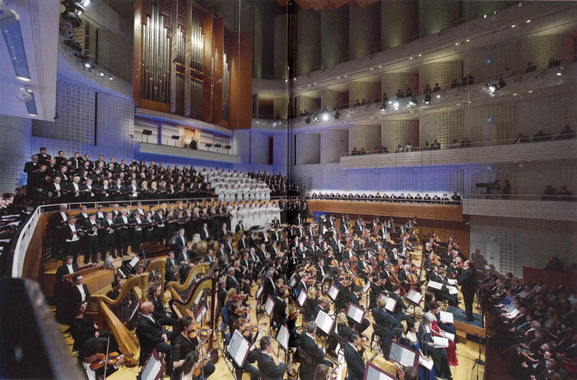 Riccardo Chailly / Lucerne Festival Orchestra, choirs, soloists, performing Mahler, Symphony No.8 (source: BD booklet, © Priska Ketterer)